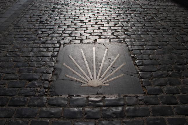 Concha Jacobina que indica la dirección hacia Santiago de Compostela