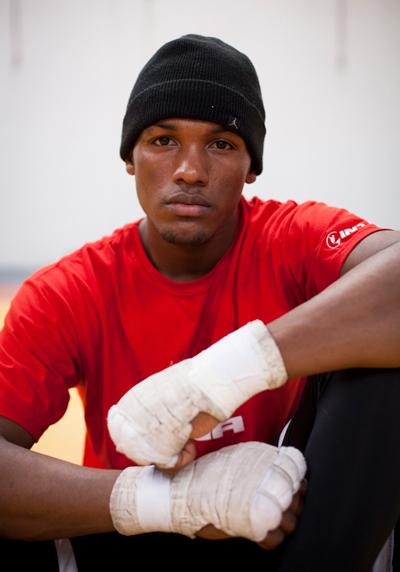 El boxeador Carlos Mina entrenando en el gimnasio de Carcelén. Fotografía de Dominique Riofrío.